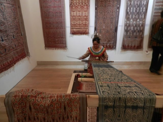 Traditional weaving in situ